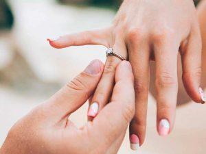 Con gái đeo nhẫn cưới tay nào, ngón nào cho đúng?