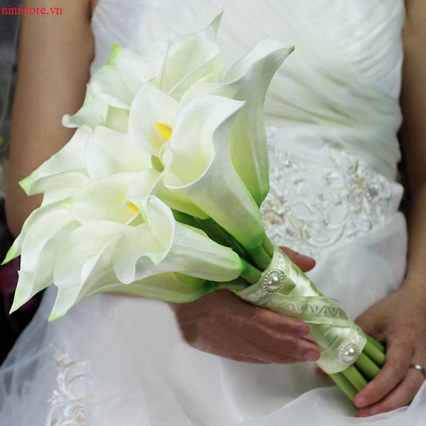 Cách chọn hoa cầm tay cho cô dâu mặc áo dài đỏ đẹp hoàn hảo