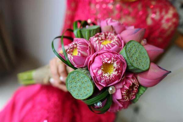 Hoa cầm tay cô dâu hoa sen đẹp tinh khiết cho mùa cưới 2019