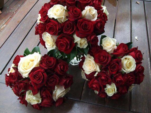 Cô dâu mặc áo dài đỏ cầm hoa cưới màu gì là hợp nhất?