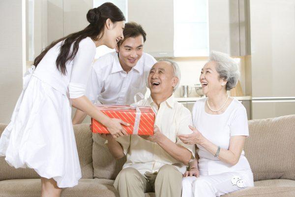 Gợi ý chọn quà Tết cho bố mẹ chồng