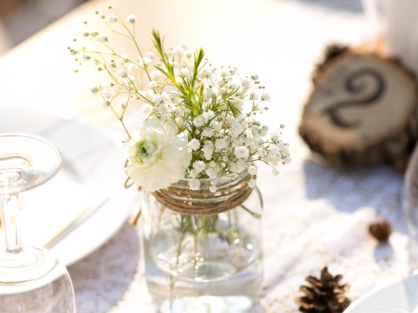 Trang trí tiệc cưới với hoa baby thơ mộng